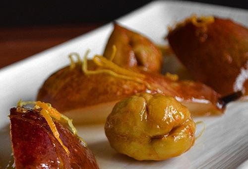 Nella foto castagne caramellate accompagnate da pere caramellate e scorze di arancia.