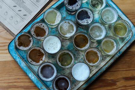 Birra artigianale vs birra industriale: differenze e benefici