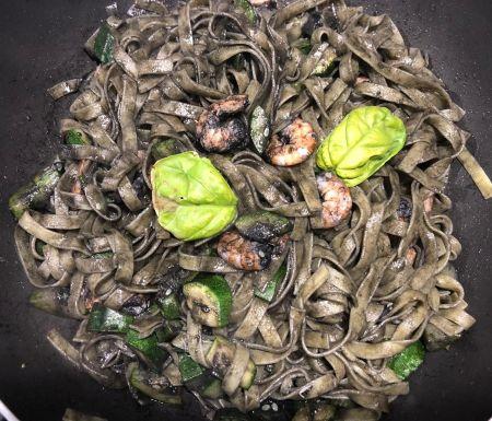 tagliatelle al nero di seppia con zucchine e gamberetti